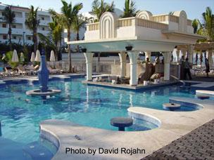 Family travel specialists riu vallarta hotel for Habitacion familiar hotel riu vallarta